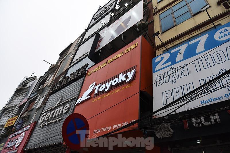 Hà Nội: Biển quảng cáo giăng kín nhà mặt phố, ẩn họa cháy không lối thoát