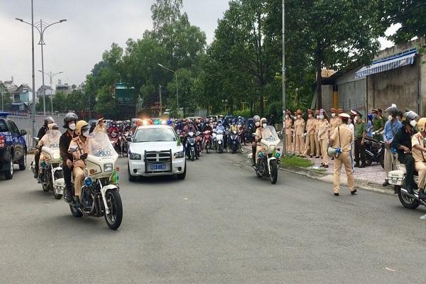 Công an tỉnh Đồng Nai hỗ trợ đưa người dân về quê